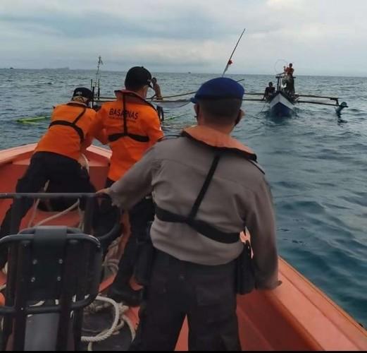 Perahu Nelayan Terbalik Dihantam Ombak Besar