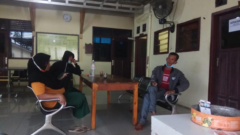 Perampok Hajar dan Todong Korban dengan Pistol