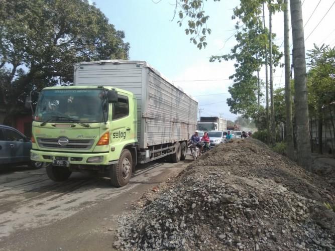 Perbaikan Gorong-gorong di TarahanTimbulkan Kemacetan