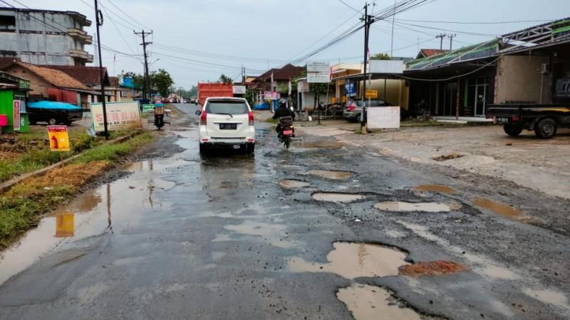 Perbaikan Jalan di Lamsel Dinilai Tak Tepat Sasaran