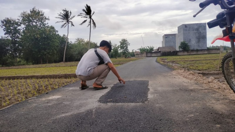 Perbaikan Jalan Lingkungan Seloretno Diduga Asal Jadi