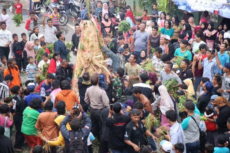 Peringataan 1 Muharram, Ratusan Warga Berebut Sayuran