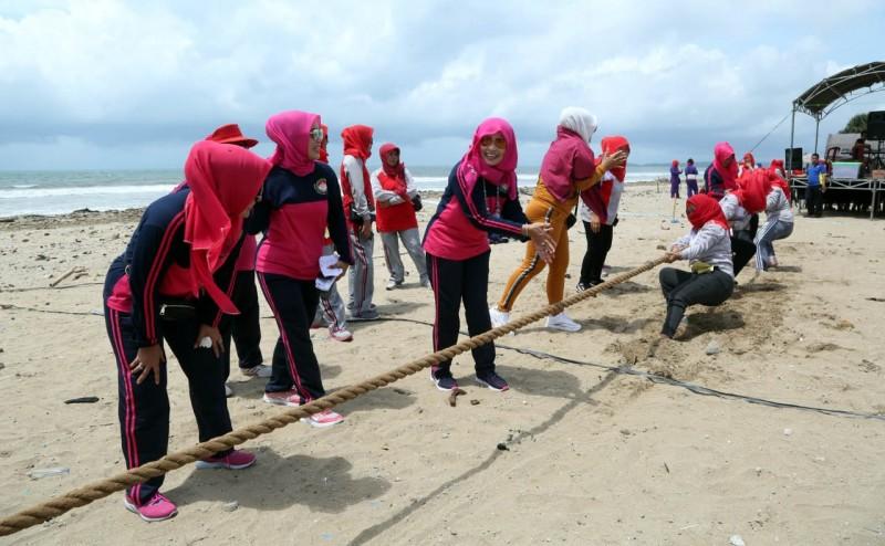 Peringatan Hut Ke-19, Dharma Wanita Lamsel Helat Lomba di Pantai