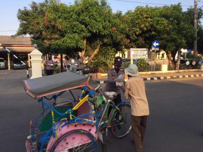 Peringati Hari Kartini, Polwan Polres Metro Bagikan Takjil