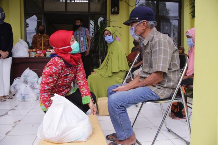 Peringati Hari Lansia, Pemprov Lampung Salurkan Bansos ke 150 Lansia