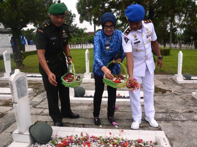 Peringati HUT Ke-47 Korpri, 60 PNS Unit TNI Wilayah Lampung Gelar Ziarah ke Makam Pahlawan