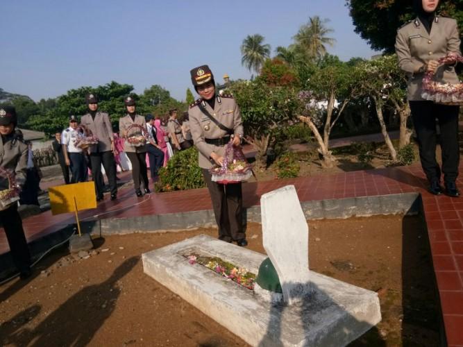 Peringati HUT Ke-72 Bhayangkara, Kapolres Metro Ziarah ke Makam Pahlawan