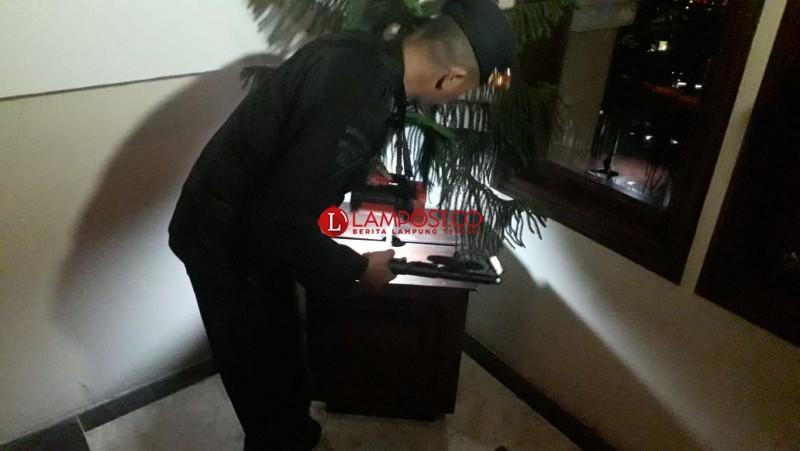 Personel Brimob Periksa Sejumlah Sudut Hotel Bukit Randu