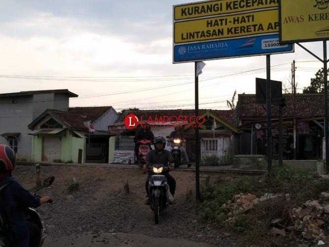 Persulit Akses,  Warga Jagabaya II Ancam Copot Palang Rel