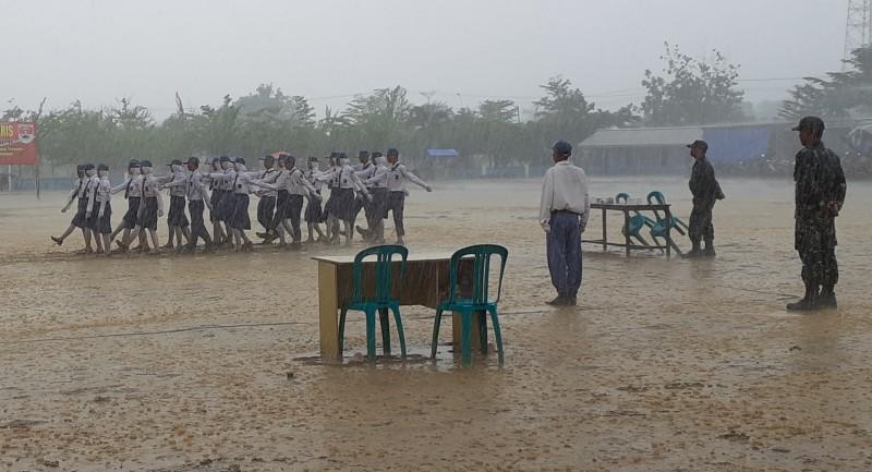 Peserta PBB Tetap Semangat di Bawah Guyuran Hujan