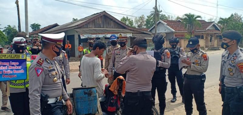 Petugas Gabungan Gelar Razia Masker di Pasar Dayamurni