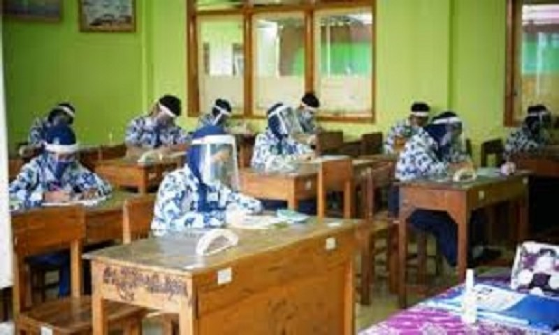 Petugas Kesehatan Pantau Sekolah Gelar KBM Tatap Muka