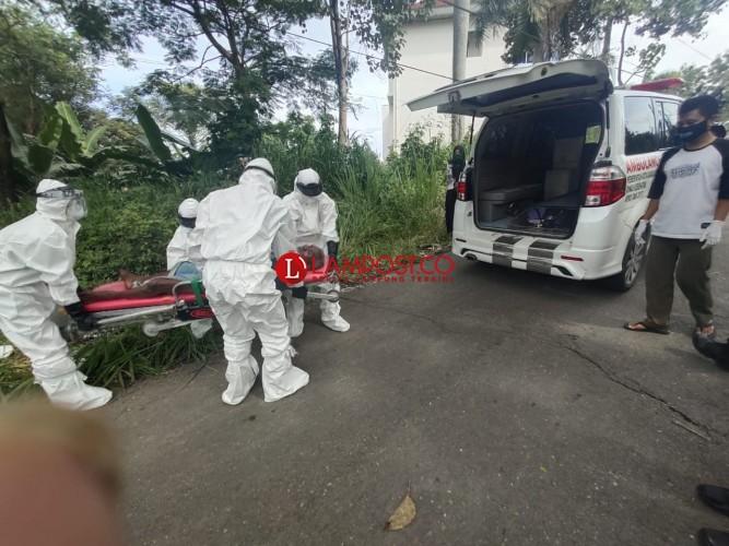 Petugas Pakai APD Evakuasi Tunawisma ke RS. A. Dadi Tjokrodipo