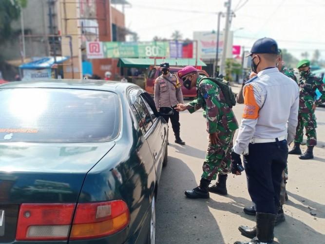 Petugas Stop 12.002 Kendaraan di Posko Penyekatan Bandar Lampung