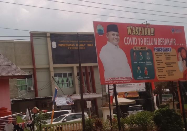 Petugas Tertibkan Atribut Calonkada di Lampung Selatan
