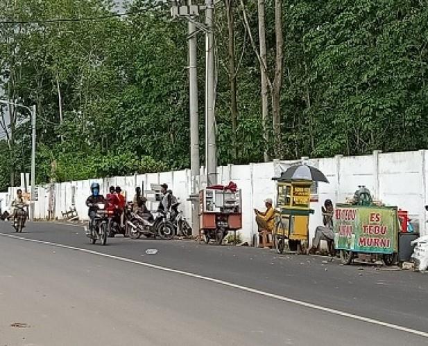 PKL Jalan Komarudin Sambut <i>New</i> Normal dengan Kembali Berjualan