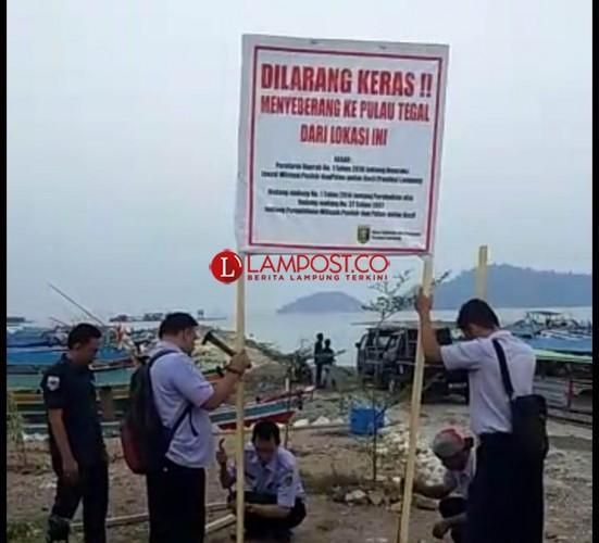 Plang Larangan Menyebrang ke Pulau Tegal dari Pantai Marita Dibakar Orang