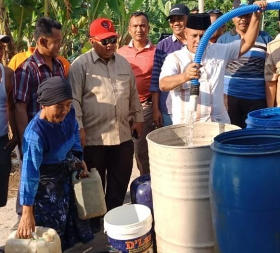 Plt Bupati Lamsel Nanang Salurkan Bantuan Air Bersih untuk Warga Desa Klawi