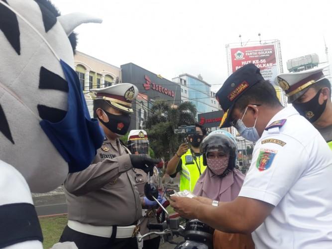 Polda Lampung Beri Hadiah Helm Gratis ke Pengendara Patuh