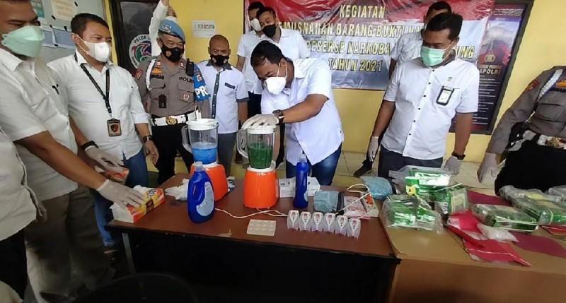 Polda Lampung Blender 9,8 Kilogram Sabu dan 4.990 Butir Ekstasi