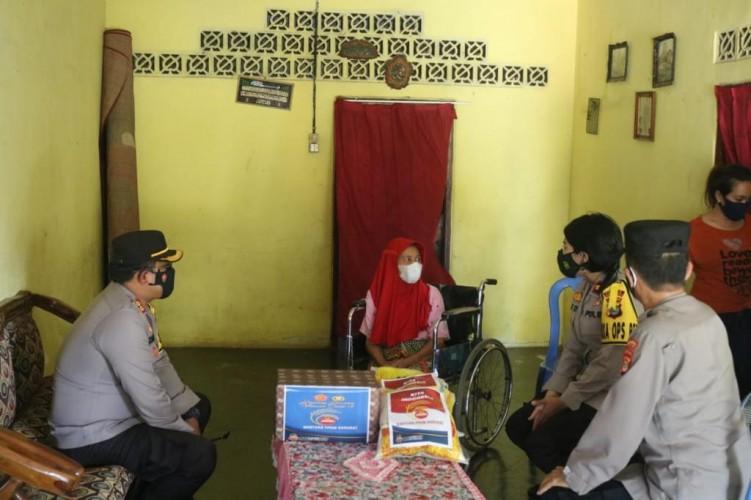 Polda Lampung Santuni Nenek Lumpuh Tak Tersentuh Bansos di Lamtim