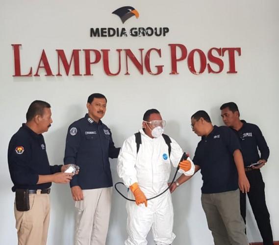 Polda Serahkan Alat Penyemprot Disinfektan ke Lampung Post