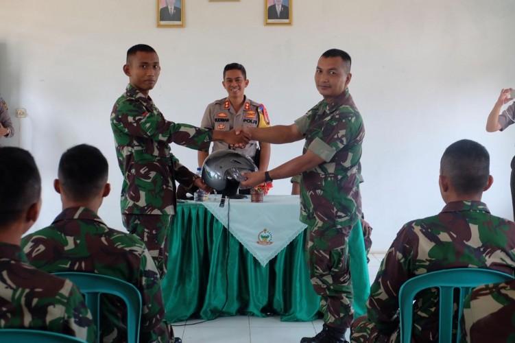 Polisi Bagikan Helm Kepada Anggota TNI