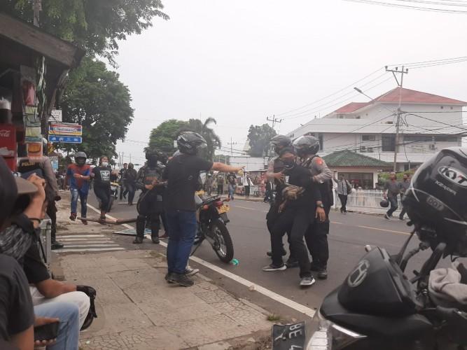 Polisi Berupaya Tenangkan Ratusan Pelajar dalam Aksi Omnibus Law