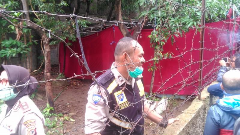 Polisi Bongkar Makam Mantan Istri Sule