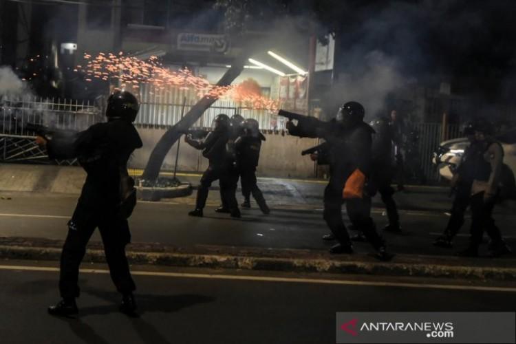 Polisi Bubarkan massa di Jalan Wahid Hasyim dengan Gas Air Mata dan Peluru Karet