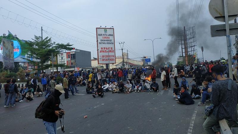 Polisi Bubarkan Massa yang Blokade Jalan di Bekasi