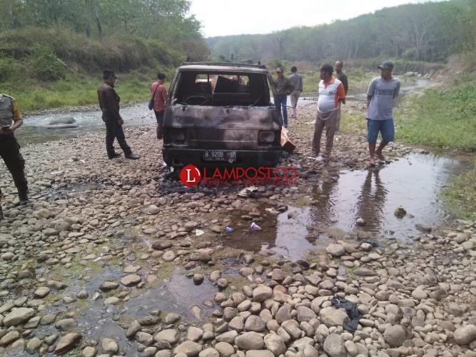 Polisi Cari Tahu Pemilik Mobil Pengangkut Kayu Pembalakan Yang Dibakar Warga