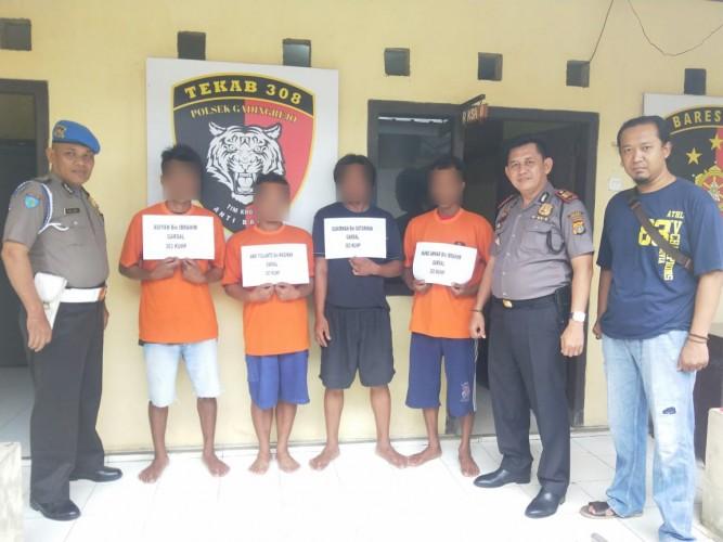 Polisi Ciduk Empat Penjudi di Gardu Pekon Tambahrejo