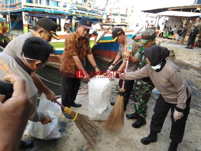 Polisi dan Bayangkhari Bersihkan Pantai Teluk Lampung