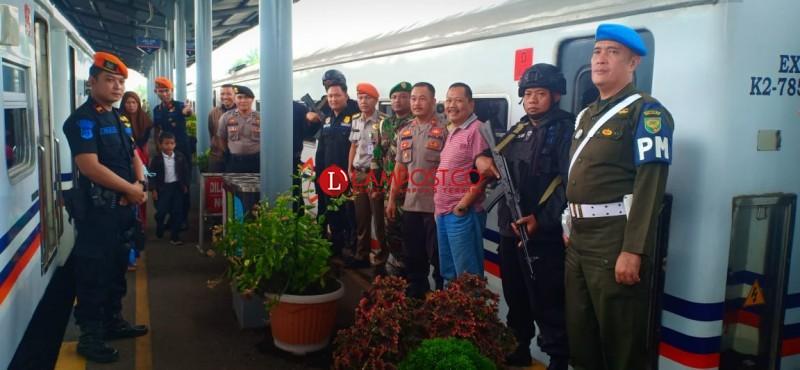 Polisi dan TNI Amankan Arus Balik di Stasiun Kotabumi