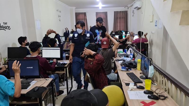 Polisi Gerebek Ruko yang Dijadikan Markas Pinjol Gelap
