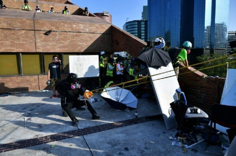 Polisi Hong Kong Terkena Panah Demonstran