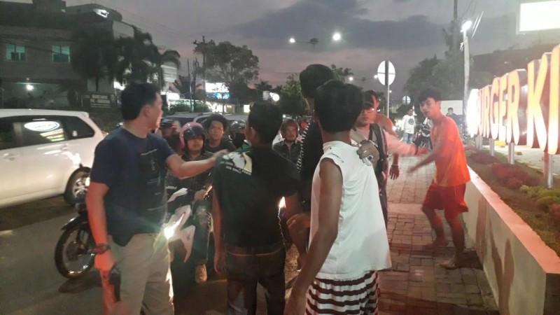 Polisi Lepas Tembakan di Depan Burger King Kedaton