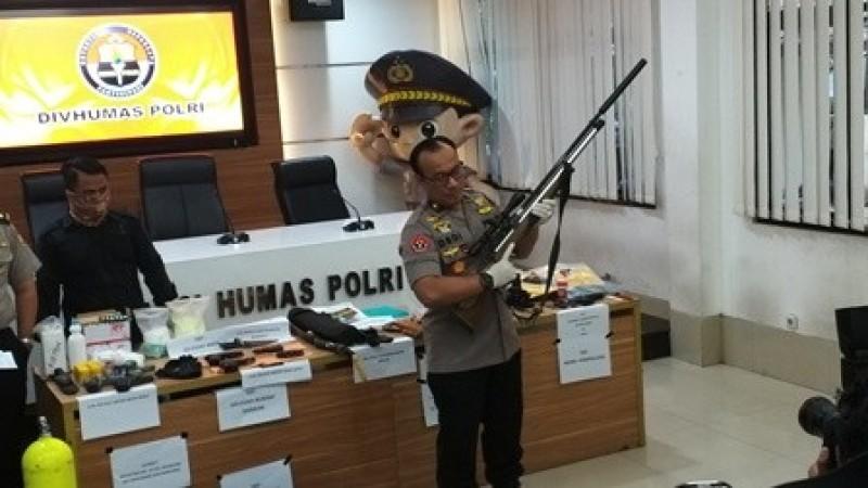 Polisi Pamer Senjata Teroris