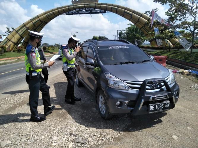 Polisi Periksa Kendaraan yang Melintas di Pos Lebaran Gadingrejo
