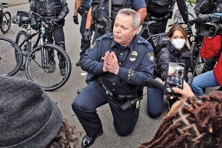 Polisi pun Berlutut Redam Kemarahan