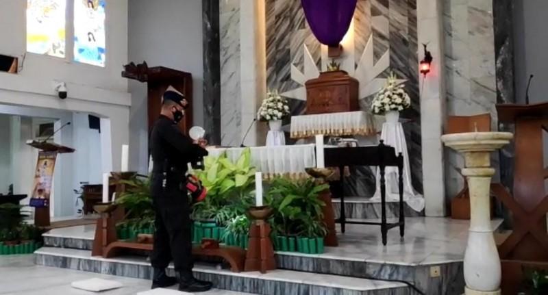 Polisi Sterilisasi Gereja Jelang Jumat Agung