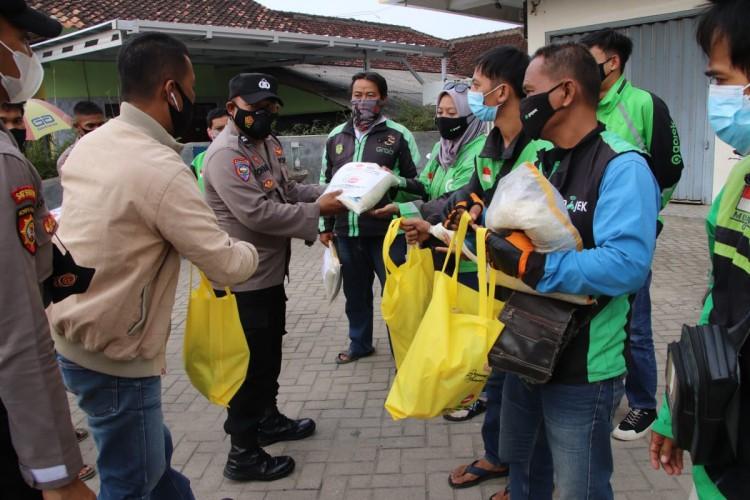 Polres dan IMM Bagi-bagi Sembako untuk Sopir Ojol di Pringsewu