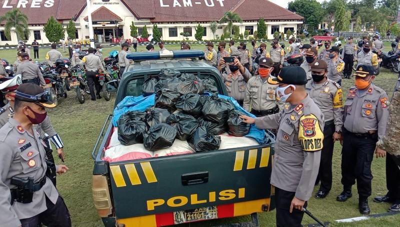 Polres Lampura Bagikan 1.000 Paket Sembako ke Warga Tak Mampu