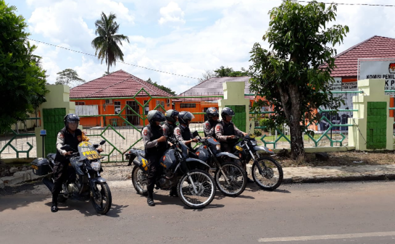 Polres Lampura Giatkan Patroli Amankan Kantor KPU