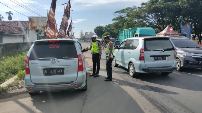 Polres Lampura Lakukan Penyekatan Kendaraan di Simpang Propau