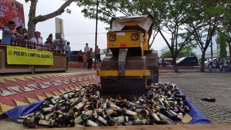 Polres Lamsel Musnahkan 1.215 Botol Miras