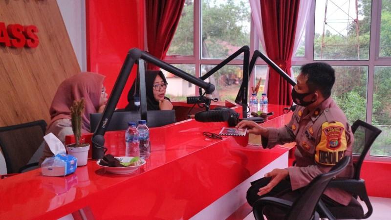 Polres Lamteng Sebarkan Imbauan Taat Prokes Lewat Radio Pemda