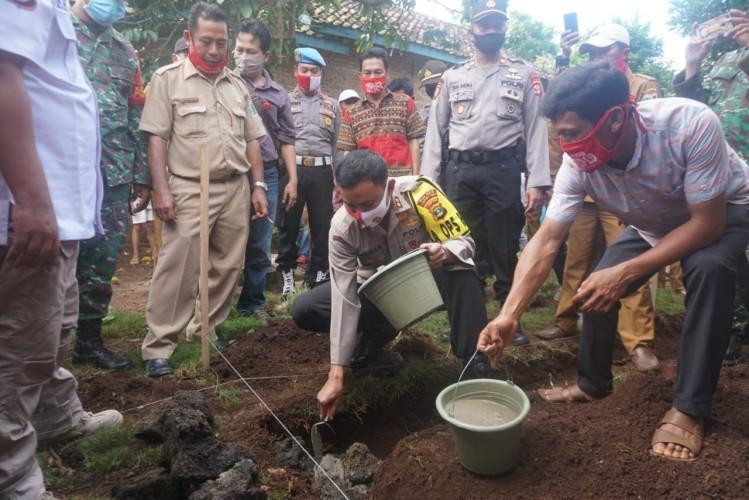 Polres Lamtim Bedah Rumah Tak Layak Huni di Desa Negarabatin