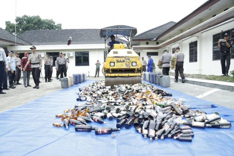 Polres Lamtim Musnahkan Belasan Ribu Botol Miras